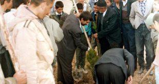 درختکاری در پارک جنب آرامستان - اسفند ماه 1372خورشیدی با حضور مسئولین جهاد سازندگی ، شهردار مبارکه ودانش آموزان مدرسه مهدی موعود (عج) کرکوند